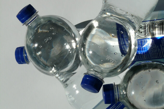 Acqua in bottiglie di plastica al sole: è pericolosa?