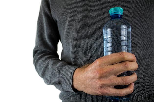 L'acqua delle bottiglie di plastica ha una scadenza