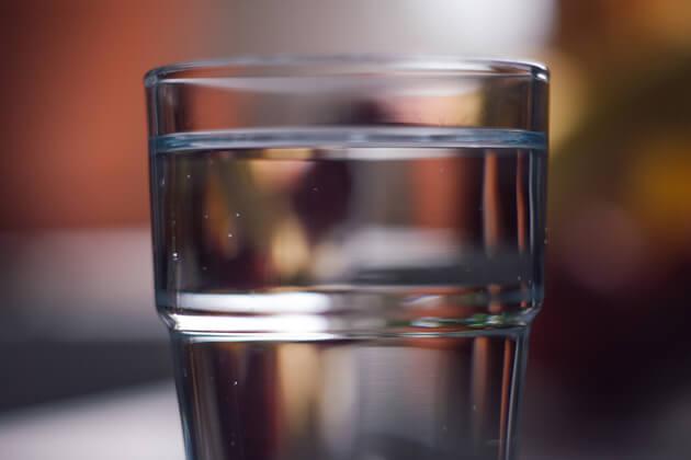 Acqua alcalina, cos'è e quali benefici procura