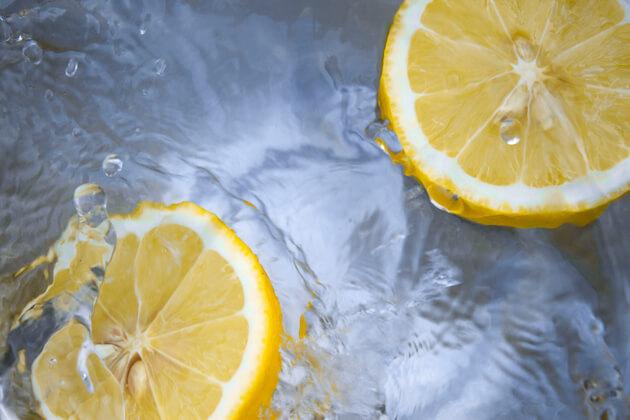 Acqua e limone: cosa sapere su questa bevanda